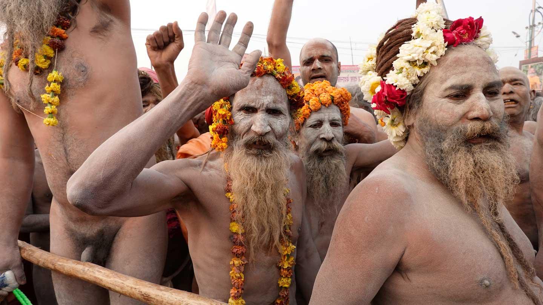 Hombres desnudos en procesión festival Kumbh Mela, India.